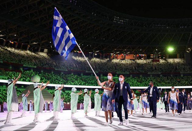 Řecká výprava nastupuje během zahajovacího ceremoniálu LOH 2021 v Tokiu.