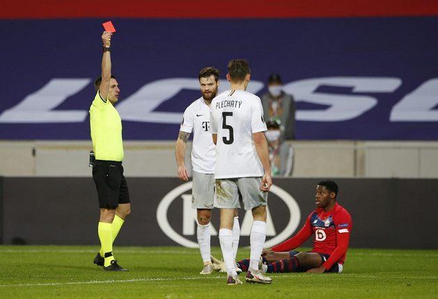 Sparťan Ondřej Čelůstka dostává v Lille červenou kartu.