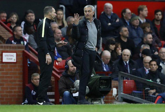 Nasupený kouč Manchesteru United José Mourinho v diskuzi se čtvrtým rozhodčím zápasu s Burnley.