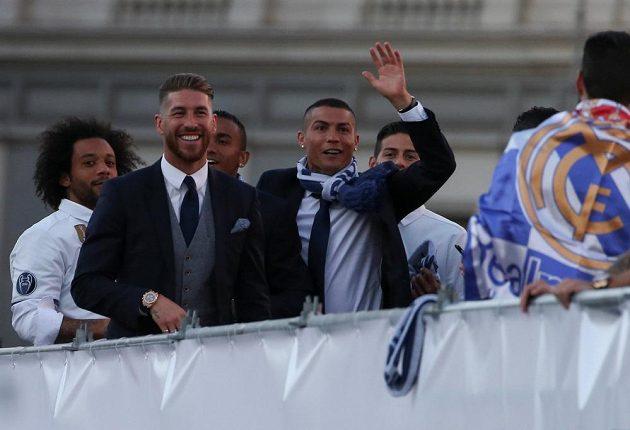 Fotbalisté Realu Madrid oslavují s fanoušky triumf v Lize mistrů. Cristiano Ronaldo se pochlubil i novým účesem.