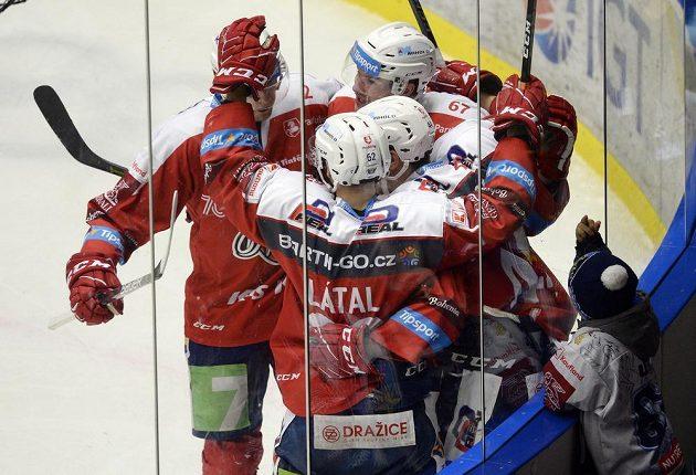 Hokejisté Pardubic se radují z gólu. Malý kladenský fanoušek dává gestem najevo, že se mu euforie hráčů Dynama nelíbí.