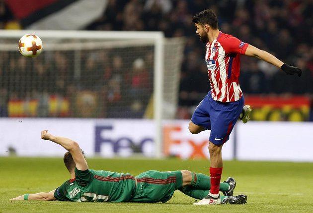 Střelec Atlétika Madrid Diego Costa se dokázal vyhnout zákroku Alexeje Mirančuka z Lokomotivu Moskva v utkání Evropské ligy.