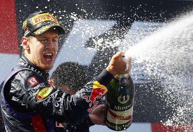 Slavící Sebastian Vettel - Velkou cenu Německa vyhrál poprvé v kariéře.