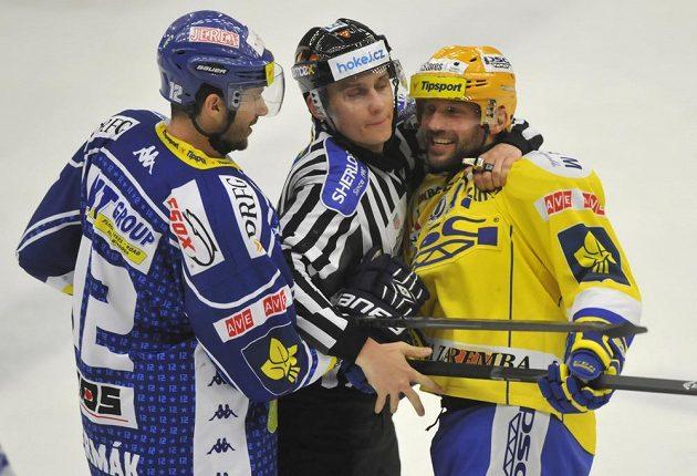 Vášně vzplály. Vlevo Leoš Čermák z Brna a vpravo Petr Leška ze Zlína při čtvrtém čtvrtfinále play off hokejové extraligy