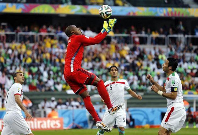 Nigérijský brankář Vincent Enyeama (druhý zleva) zasahuje v utkání s Íránem.