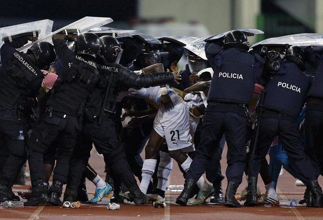 Ghaňany museli chránit policejní těžkooděnci.