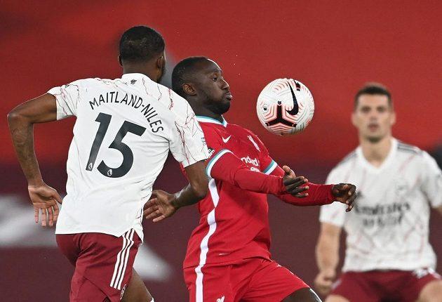 Naby Keita (uprostřed) z Liverpoolu v akci mezi hráči Arsenalu.