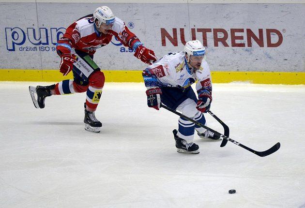 Matej Paulovič z Pardubic stíhá kladenského Petra Vampolu v důležitém extraligovém utkání.