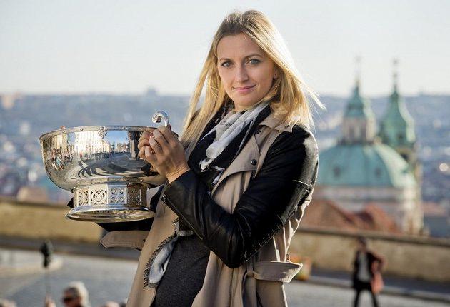 Petra Kvitová zapózovala s pohárem pro vítězky Fed Cupu.