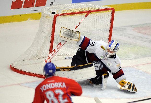 Michal Vondrka střílí čtvrtý gól norskému brankáři Larsi Voldenovi.