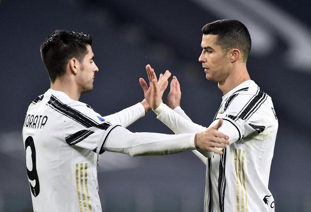 Hvězda Juventusu Turín - Cristiano Ronaldo - oslavuje vstřelený gól se spoluhráčem Alvarem Moratou.