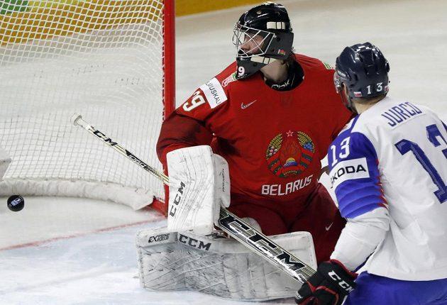 Slováci vedou nad Běloruskem. Brankář Vitalij Trus je překonán, vpravo Tomáš Jurčo.