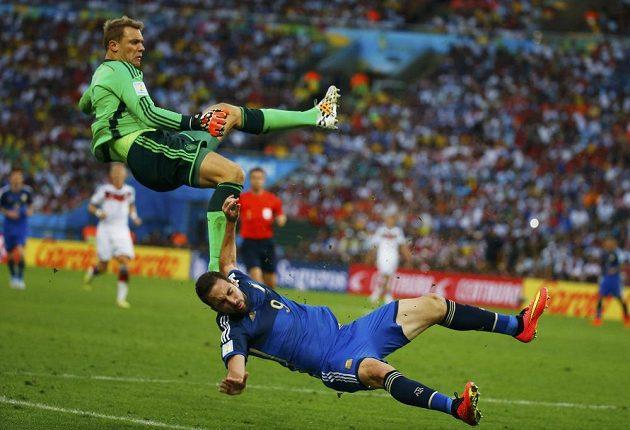 Gonzalo Higuaín (dole) jde k zemi, následoval ho i brankář Manuel Neuer.