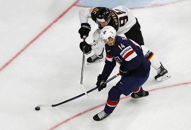 Americký hokejista Jeff Blashill v souboji s Němcem Frederikem Tiffelsem v utkání skupiny A na mistrovství světa.