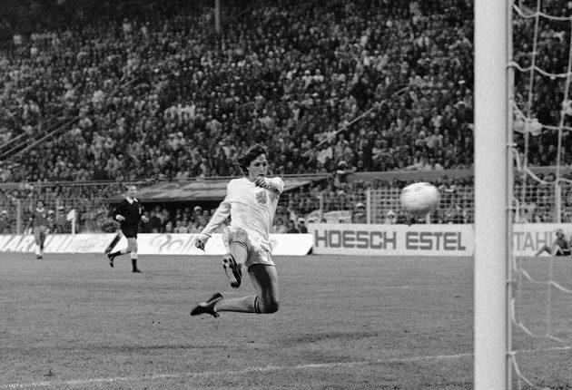 Nizozemec Johan Cruyff dává gól proti Brazílii na mistrovství světa v Německu.