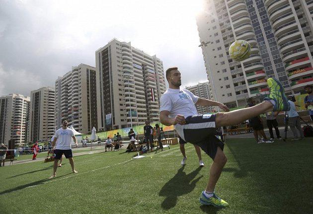 Argentinští sportovci si v olympijské vesnici střihli nohejbal.