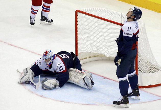 Slovenský brankář Ján Laco inkasoval gól z hokejky Jaromíra Jágra (není na snímku). Vpravo je zklamaný obránce Peter Čerešňák.