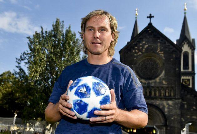 Pavel Nedvěd s míčem pro Ligu mistrů, kterou chce nabitý Juventus vyhrát...