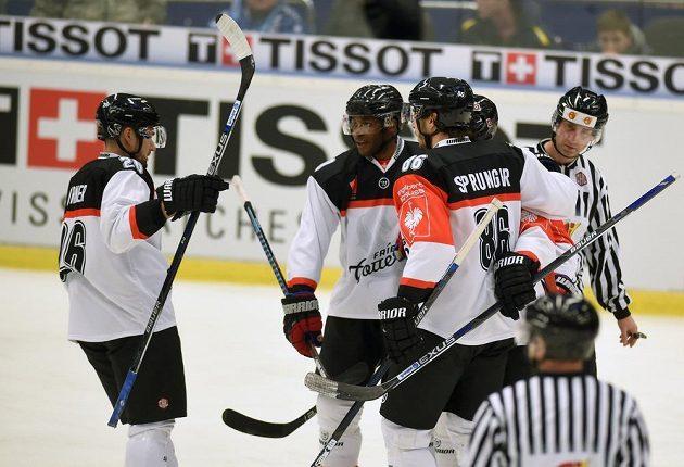 Hráči Fribourgu se radují z gólu, zcela vlevo je český legionář Michal Birner.