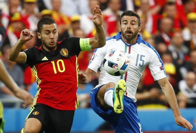 Ital Andrea Barzagli (vpravo) odebírá míč Edenu Hazardovi z Belgie.