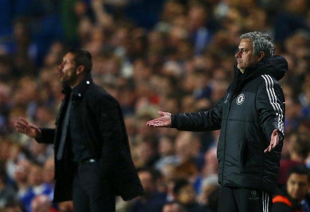 Trenér Chelsea José Mourinho (vpravo) a kouč Atlétika Madrid Diego Simeone během odvetného zápasu semifinále Ligy mistrů.