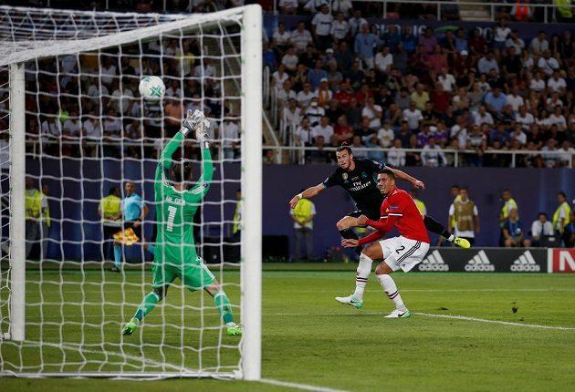 Gareth Bale (uprostřed) z Realu Madrid trefuje v utkání o Superpohár břevno.