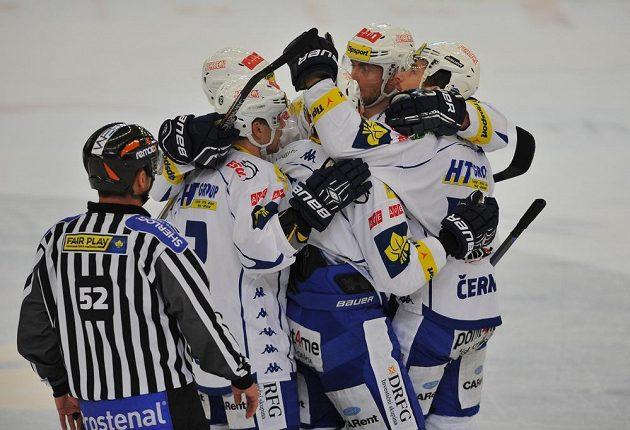 Hokejisté Komety Brno se radují z gólu.