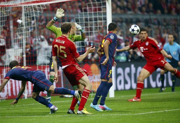 Mario Gomez z Bayernu střílí druhý gól Barceloně.