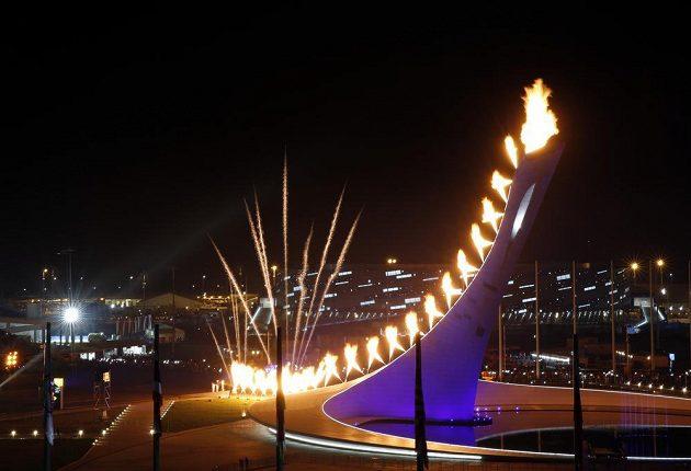 Olympijský oheň na pylonu u stadiónu Fišt.
