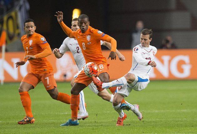 Vladimír Darida (vpravo) během kvalifikačního zápasu v Amsterdamu v souboji s Nizozemcem Georginiem Wijnaldumem, za nímž je Pavel Kadeřábek (2), vlevo Memphis Depay.