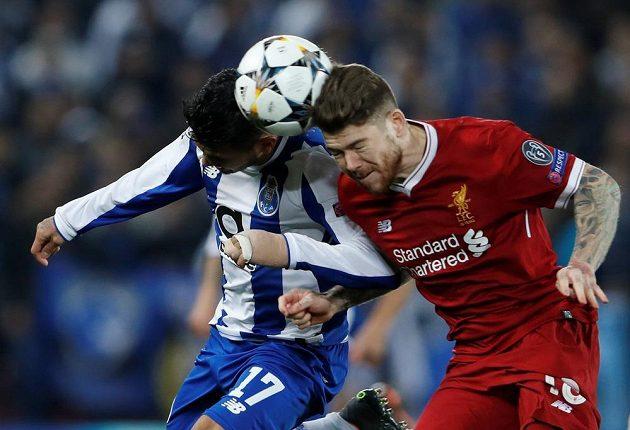 Liverpoolský Alberto Moreno ve vzdušném souboji s Jesusem Coronou z FC Porto v utkání Ligy mistrů.