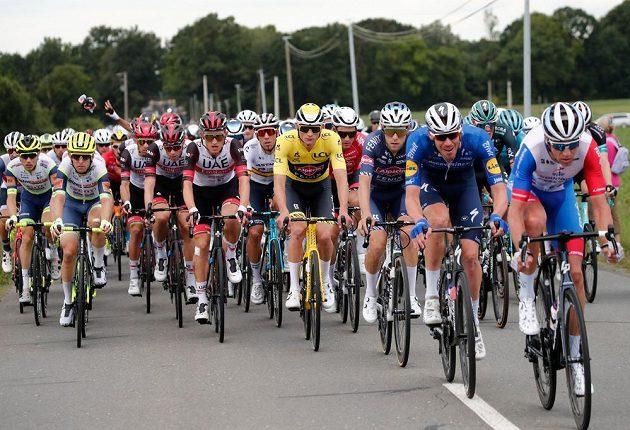 Peloton slavné Tour de France v akci.