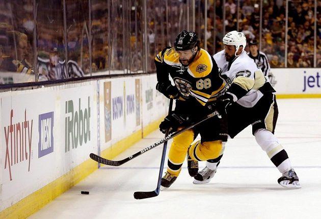 Jaromír Jágr bojuje o kotouč s Craigem Adamsem s Pittsburghu.