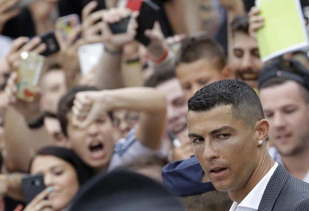 Šílenství v Turíně. Fanoušci nadšeně vítají portugalskou hvězdu Juventusu - Cristiana Ronalda.