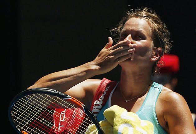Barbora Strýcová zdraví fanoušky po porážce od Sereny Williamsovév Melbourne.
