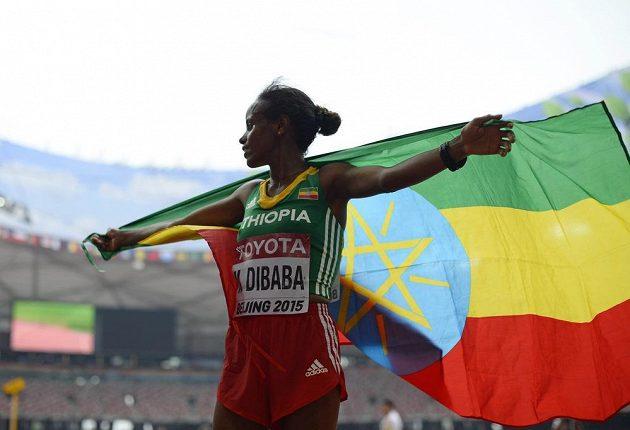 Etiopská vytrvalkyně Mare Dibabaová slaví s vlajkou zlatou medaili z maratónu na mistrovství světa v atletice v Pekingu.