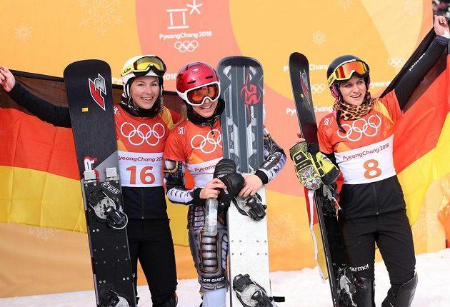 Tři nejlepší snowboardistky ze závodu v paralelním obřím slalomu. Zleva stříbrná Selina Joergová, uprostřed zlatá Ester Ledecká a vpravo bronzová Theresia Hofmeisterová.