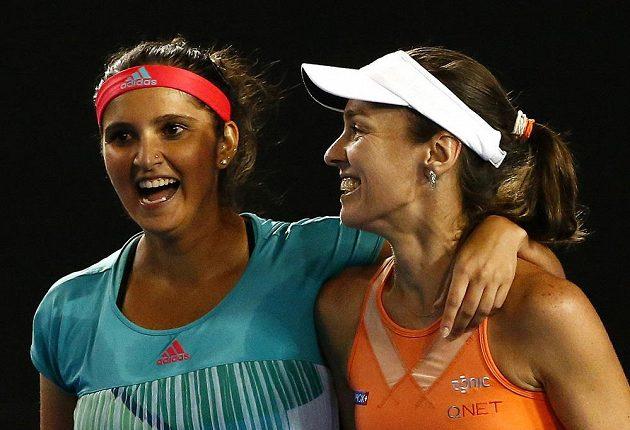 Martina Hingisová (vpravo) a Sania Mirzaová se radují z deblového titulu na Australian Open.