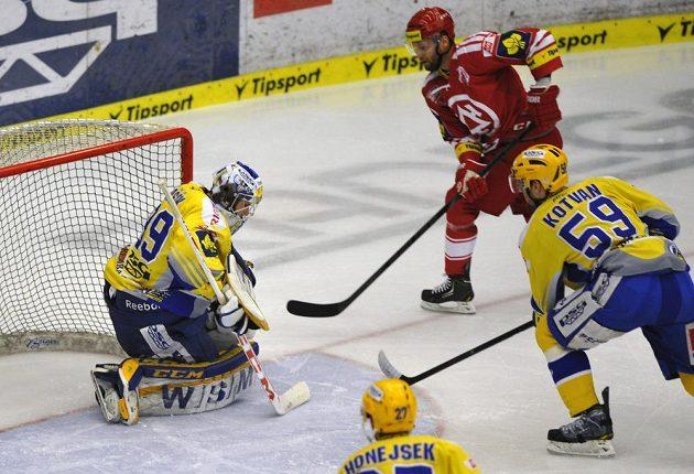 Třinecký útočník Martin Růžička (v červeném dresu) překonává zlínského brankáře Libora Kašíka ve čtvrtém semifinálovém duelu play off extraligy. Přihlížejí Antonín Honejsek a Oldřich Kotvan (zcela vpravo).