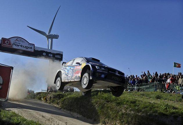 Finové Jari-Matti Latvala a Miikka Anttila s vozem Volkswagen Polo R WRC během portugalské rallye.
