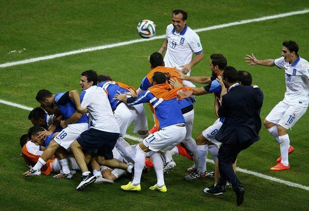Obrovská radost řeckého týmu poté, co Giorgios Samaras proměnil v nastaveném čase pokutový kop.