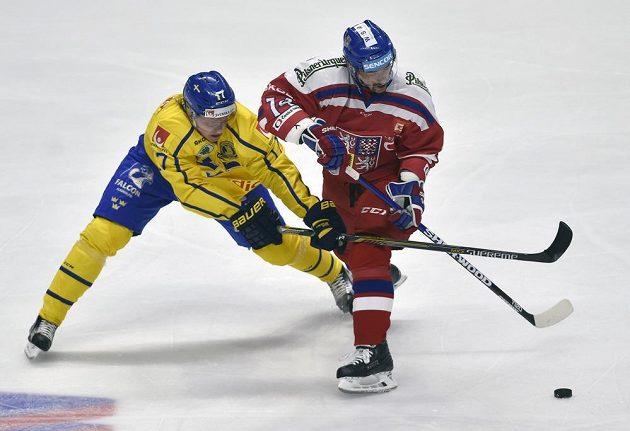 Zleva Emil Johansson ze Švédska (vlevo) a český kapitán Tomáš Plekanec ve vzájemném souboji.
