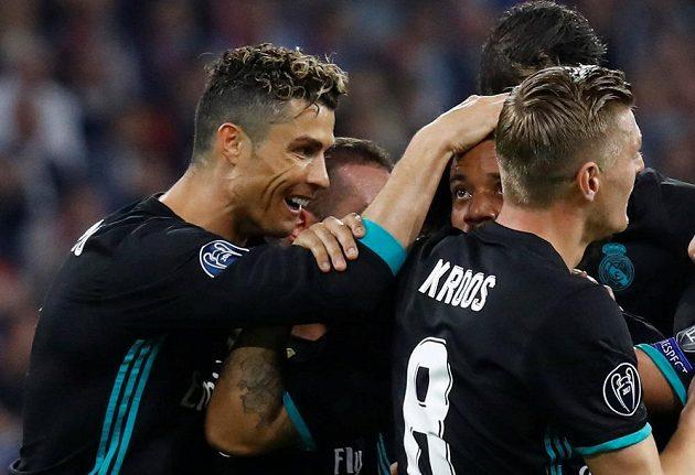 Radost v podání Bílého baletu v semifinále Ligy mistrů na hřišti Bayernu. Střelec gólu Marcelo slaví se spoluhráči. Mezi gratulanty byl i Cristiano Ronaldo.