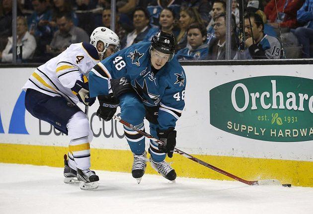 Český útočník San Jose Tomáš Hertl (48) uniká obránci Buffala Joshi Gorgesovi (4) v zápase NHL.