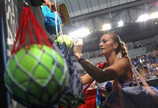 Petra Kvitová rozdává autogramy fanouškům po vítězném vstupu do Australian Open.