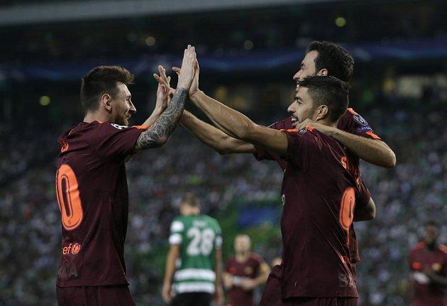 Barcelonský Lionel Messi (vlevo) se raduje s Luisem Suárezem, vlastní gól si dal Sebastian Coates ze Sportingu.