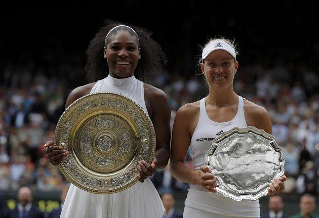 Vítězka Wimbledonu Serena Williamsová (vlevo) a poražená finalistka Angelique Kerberová.