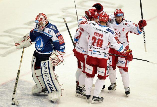 Třinečtí hokejisté se radují z gólu proti Plzni. Vlevo je brankář Indiánů Alexandr Hylák.