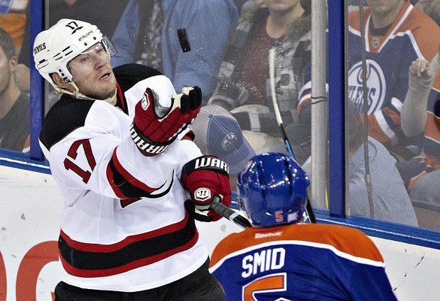 Michael Ryder (17) z New Jersey Devils bere puk před zadákem Edmontonu Ladislavem Šmídem.