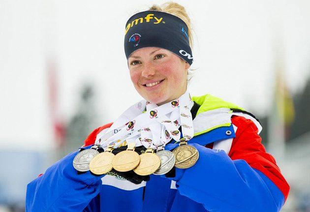 To je žeň! Francouzská biatlonistka Marie Dorinová-Habertová s kolekcí medailí z MS v Oslu.